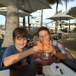 unsere Kids mit alkoholfreien Cocktails
