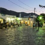 La rue du village sur laquelle donne l'hôtel