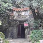 Eingang zur ersten Grotte rechts hinter dem Tempel