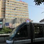 Le tram passe devant