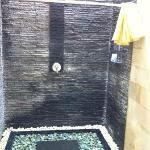 Ducha exterior dentro del baño