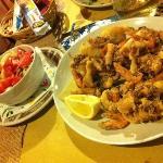 fritto di calamari e gamberetti con contorno di insalata mista