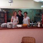 Liljana in het midden en haar team : geweldig ontbijt