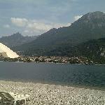 la plage sur le lac avec transat parasol