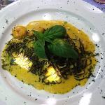 tagliolini al nero di seppia, zafferano, zucchine e gamberi