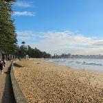 ビーチサイドには遊歩道があり、朝には散歩している人が多いです。