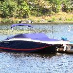 Bowrider docked at Springwood Cottages