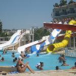 piscine avec toboggan et bar au milieu