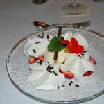 Eis mit Erdbeeren und Schlagsahne