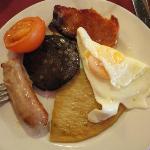 Petit déj écossais = Boudin noir, saucisse, bacon, etc...