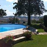 giardino terrazzato con piscina e vista