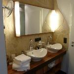 Geräumiges Bad (nicht durch eine Tür vom Schlafraum getrennt !)
