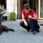 """Enkelkind Piya und James, der Hund des Hauses beim """"Beschnuppern"""""""