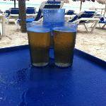 Cerveza en vasos de plástico, bébela rápido para que no se enfríe