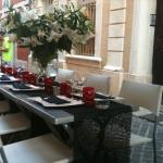 Les Frangines, tables dressées à l'extérieur,