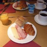 朝食。ハムとチーズはかなりでかい。