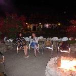 Agréable feu de bois à côté de la piscine