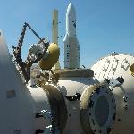 Ruimtelab Mir met op de achtergrond de Arianeraket