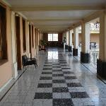 Large corridor pour accéder aux chambres.