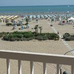 la spiaggia dell'hotel è frontale, ombrelloni gialli con cabina e docce