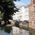 Canal y hotel al fondo