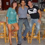 Noi con il gentilissimo Manos! davanti al bancone del bar