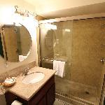 Salle de bain de taille moyenne mais parfaitement propre et soignée