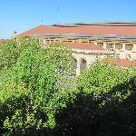 Blick aus dem Fenster auf Bahnhofgebäude
