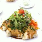 Das sind hausgemachte Maultaschen mit Salat Garnitur. (12 €)