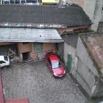 Вид на внутренний двор. Зато машину видно))