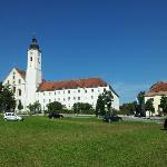 Kloster Dietramszell, rechts daneben die Schänke