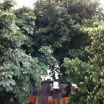 Ресторан под балконом - звуки ложек, тарелок, музыка, пение - АРОМАТ кухни!
