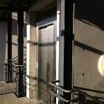 Лифт между корпусами - фактически на улице, но под крышей