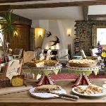 Kaminhalle mit Kuchenbuffet