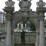 la fontana antistante la chiesa