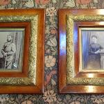 1階―2つの写真が飾られています。