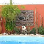 Detalle decorativo en la piscina