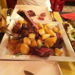 una bella e buona fiorentina con contorno di patate!! da provare