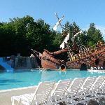 La piscine et son bateau de pirates