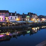 le quai bélu vu de nuit avec tous ses restaurants