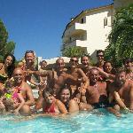 In piscina con amici