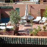 Terrasse du riad, avec bains de soleil et petite piscine.