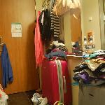 Las maletas y toda la habitación organizada con la ropa ;)