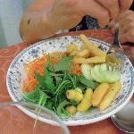 un piatto di verdure dal buffet