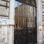 旅館所在的公寓門口