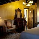 Habitación superior con dos camas juntas, abuhardillada y baños con jacuzzi