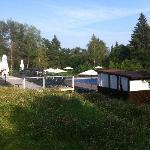 закрытая беседка возле открытого бассейна
