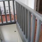 L'escalier qui mène à la chambre du haut (salle de bain privé à droite)