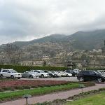Este es el parqueo, y una vista de los pueblos de la montaña.