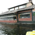Aqui es donde se cena, tiene vista al lago.